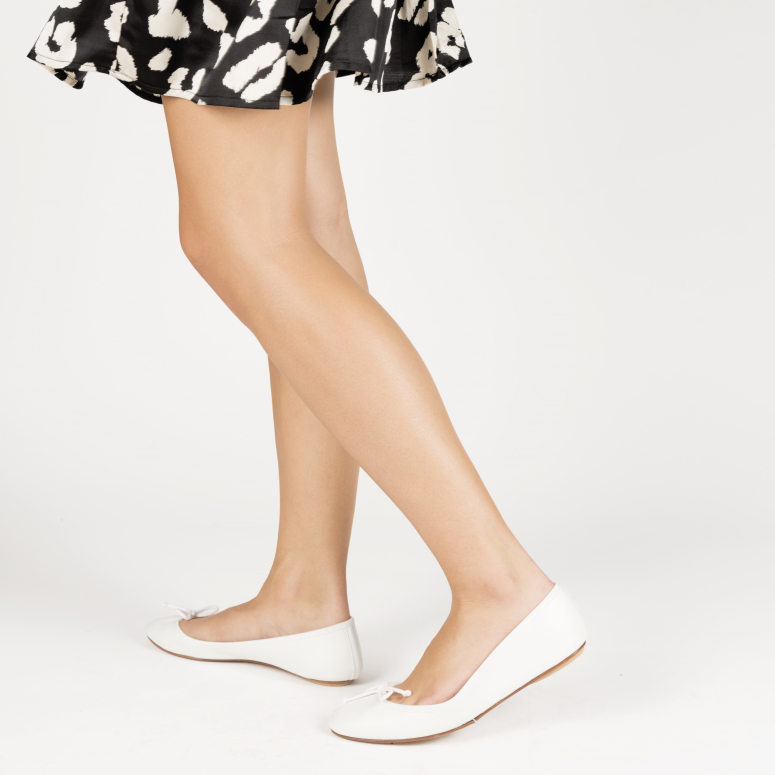White foldable ballerinas with a leather pouch