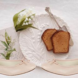 Un brin de bonheur pour le 1 mai !Touch of happiness for the first May !#bagllerina #mybagllerina #1mai #spring #shoesaddict #shoes #ballerina #parisienne #parisiennestyle #bonheur #happiness #muguet #cake #saturdayvibes #saturday